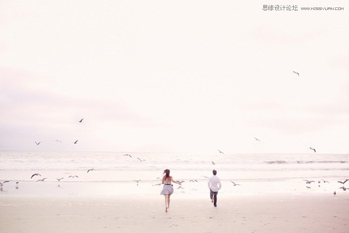 摄影师Max Wanger作品 拍摄:人物的服装可以穿着较为轻便的服装或者泳衣,在沙滩的拍摄可以选择自然活泼或突出意境的动作组合,可以突出人物的活泼与浪漫,有时沙滩上的脚印也可以作为画面中的前景,使情侣写真照片更具有创意性。