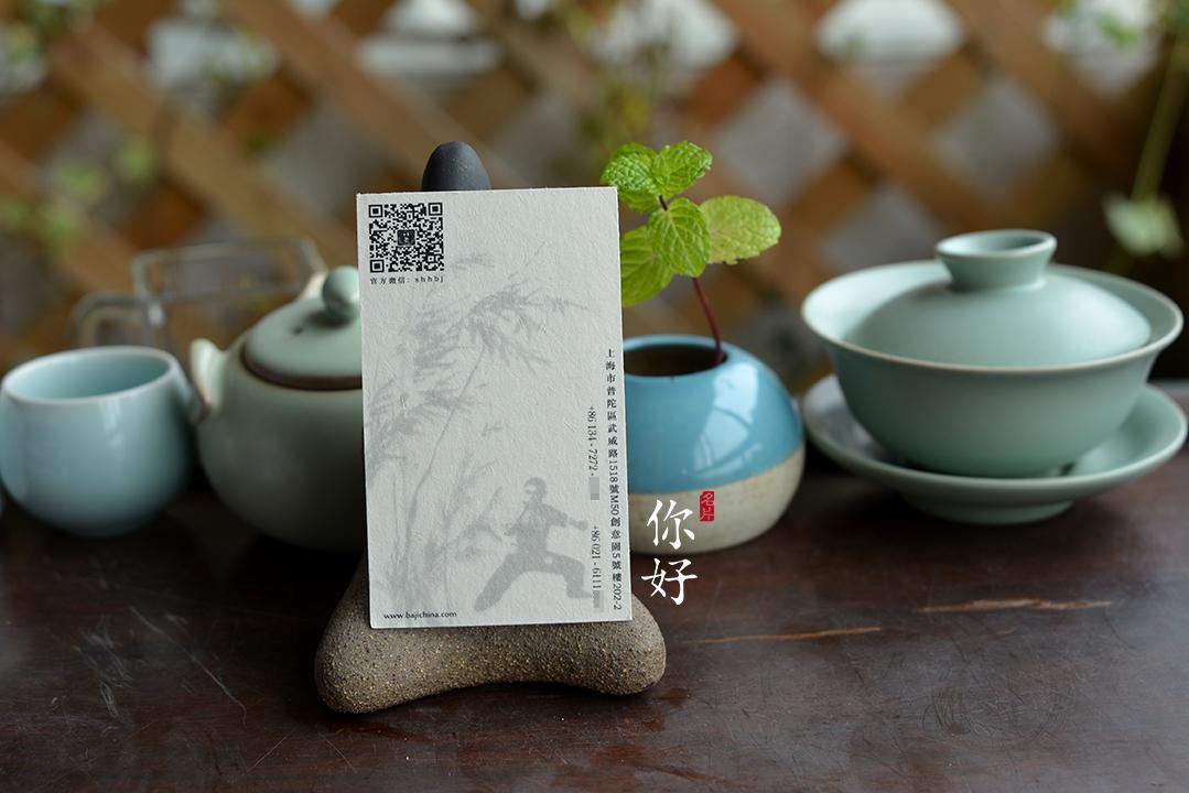 纸张名称:大地 纸张产地:日本; 纸张克重:210g,314g 纸张颜色:白色、米黄、驼色、豆沙色 纸张描述:大地纸张质朴,纹理粗糙,表皮略略起毛,极具特色。印刷水墨风格则别有一番风味。 可印专色、四色。 适用工艺:烫金、烫银、烫各色烫金纸、凹凸、浮雕、压凹凸版、模切、对裱.
