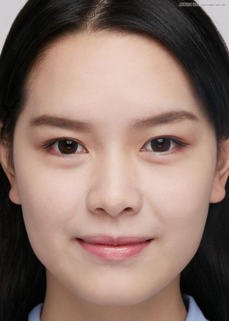 接下来可以对脸型进行调整,调整脸型的时候可以对脸部做适当的缩小,但不可过度,因为是证件照,图片看起来得显得真实。 头发的边缘轮廓也该调整,调整头发的时候像这样批在后面的头发最好让头发的左右两边看起来越对称越好,调整好后,给图像加个蒙版,把背景区域全部用黑色进行遮罩,这样就可以在常用的三种背景颜色中快速进行切换。 要什么样的颜色只要把图层前面的眼睛打开,让它显示出来就行(不需要显示的背景色记得让它们处于关闭状态)